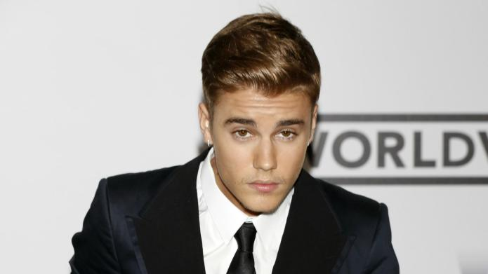 VIDEO: Justin Bieber cozies up to