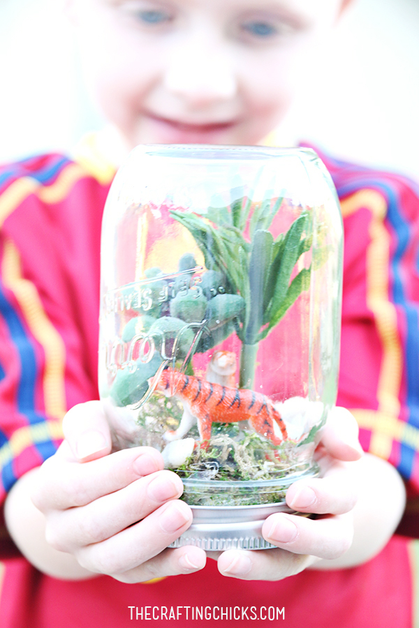 Mason jar crafts: Rainforest in a jar