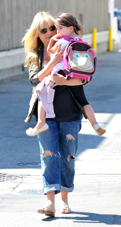 Pregnant Sarah Michelle Gellar and daughter