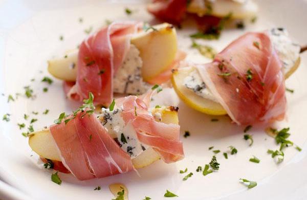 Gorgonzola-stuffed pears with prosciutto