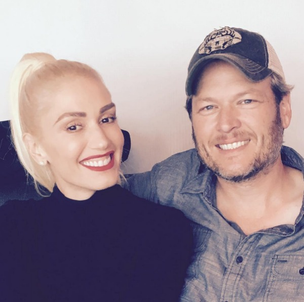 Gwen Stefani and Blake Shelton faking PDA