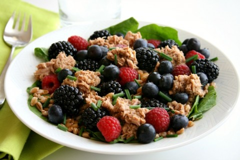 spinach salad with lemon pepper tuna and fresh berries