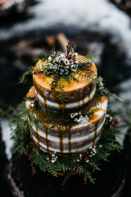 Fall Wedding Cakes: Decorate your cake with natural elements for a rustic look