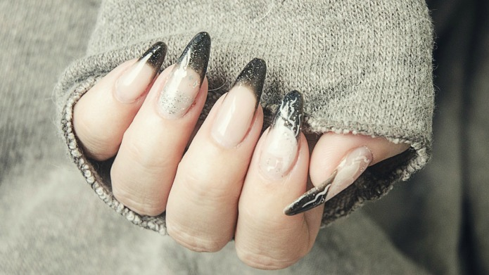 16 glitzy New Year's nails to