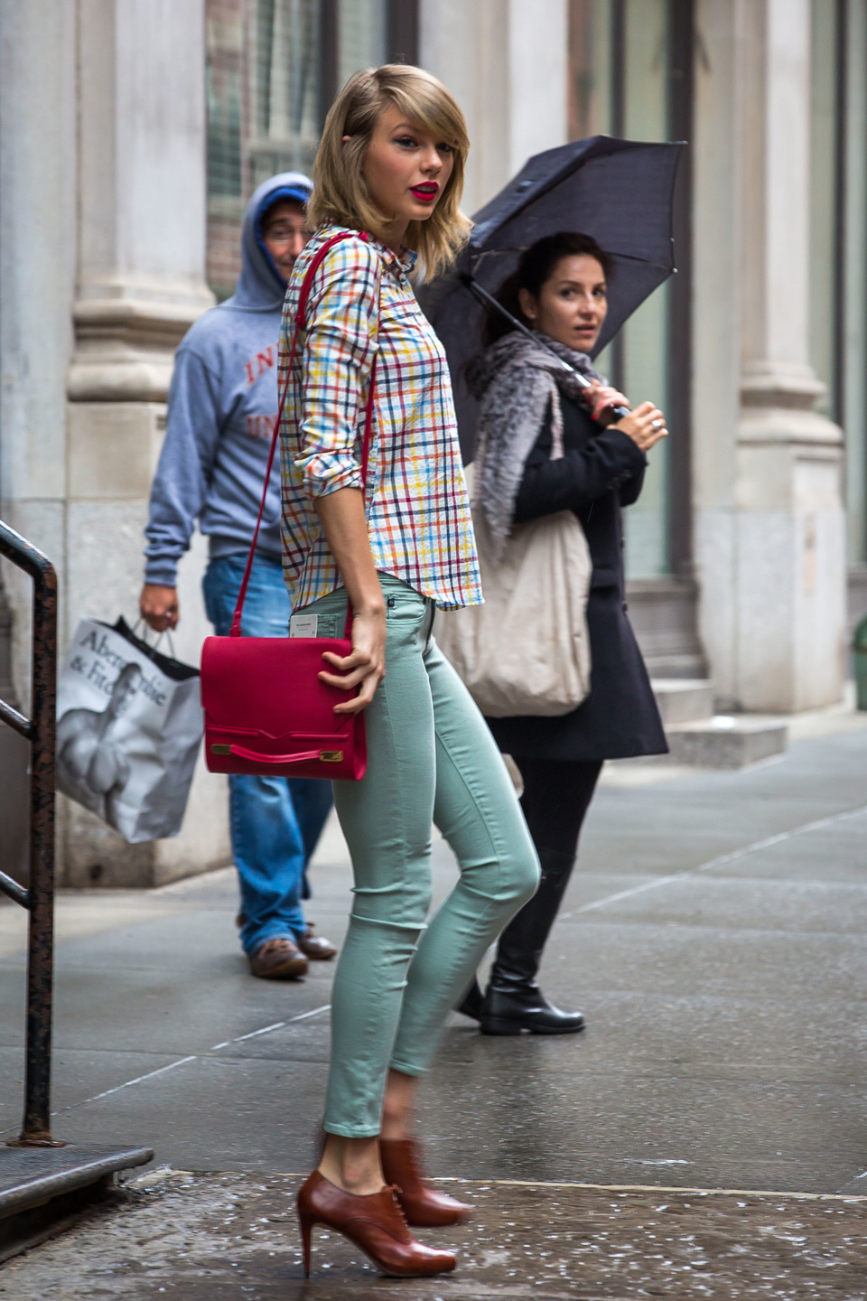 Rainy days aren't enough to stop the colorful Swift from stepping out in a stylish yet approachable look we can all copy