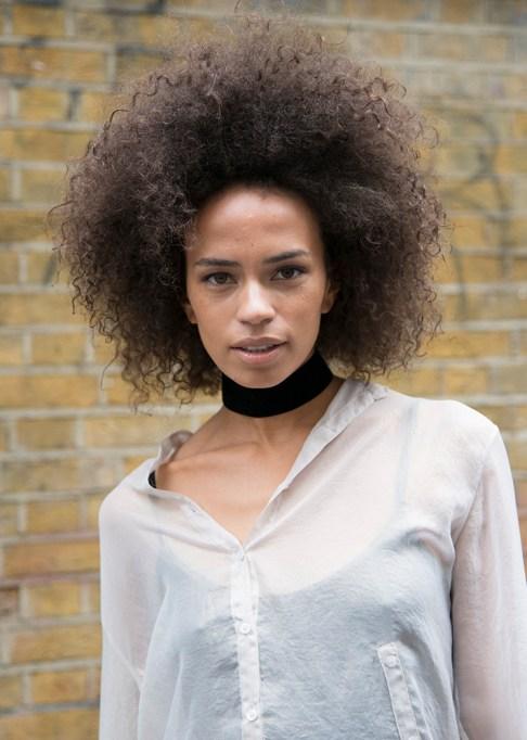 Gorgeous Fall Hairstyles: Big curly hair black choker | Fall Beauty 2017