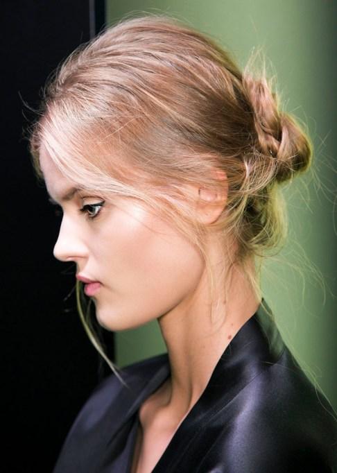 Low-Maintenance Summer Beauty Inspiration Ideas: Blonde Hair In Bun | Summer Beauty 2017