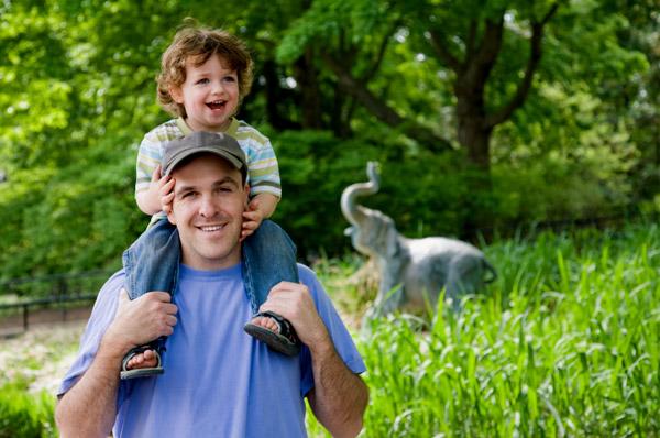 Toddler and dad at zoo