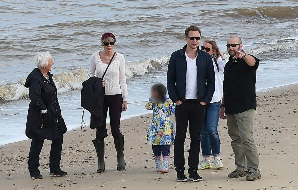 Taylor Swift meets Tom Hiddleston's family