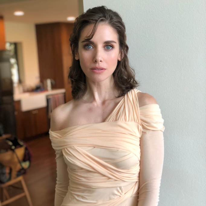 Ways Celebrities Multitask Their Makeup Products | Alison Brie—Oils as Highlighter