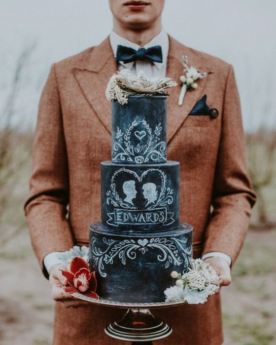 Fall Wedding Cakes: Decorate your wedding cake with chalkboard styling