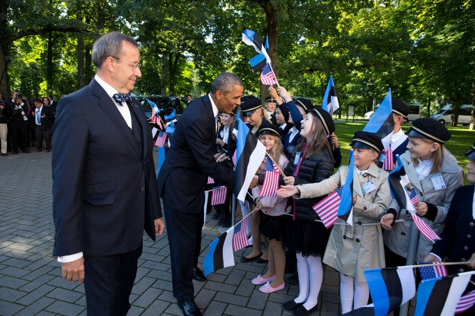 Obama greets young students