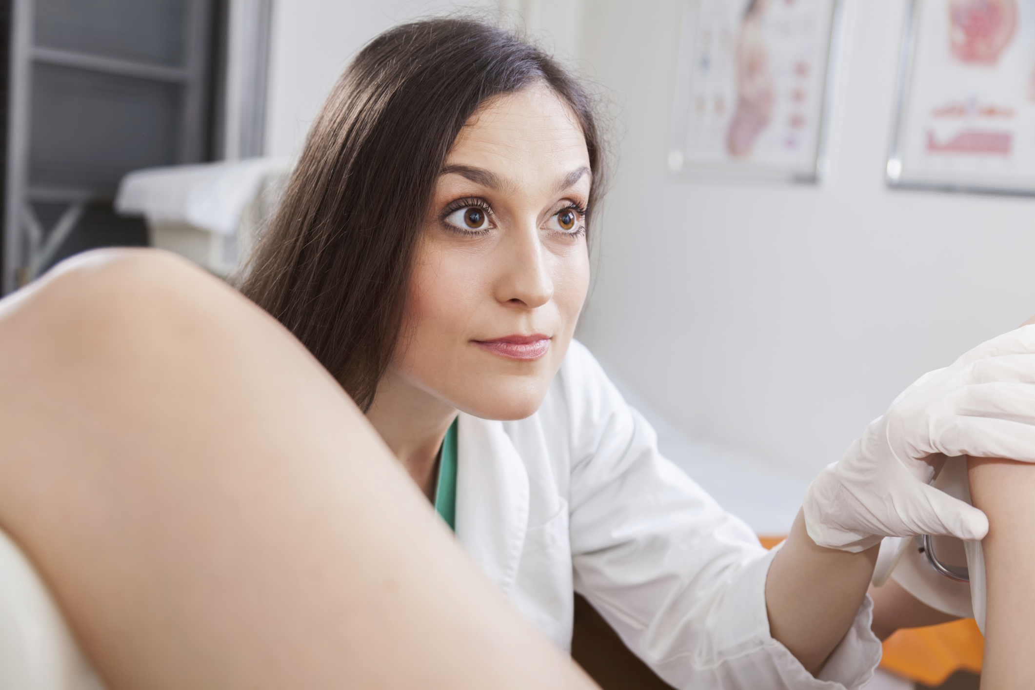 Фото девушка на приёме у гениколога, Голые девушки у врача на приеме - фото голых у врача 25 фотография