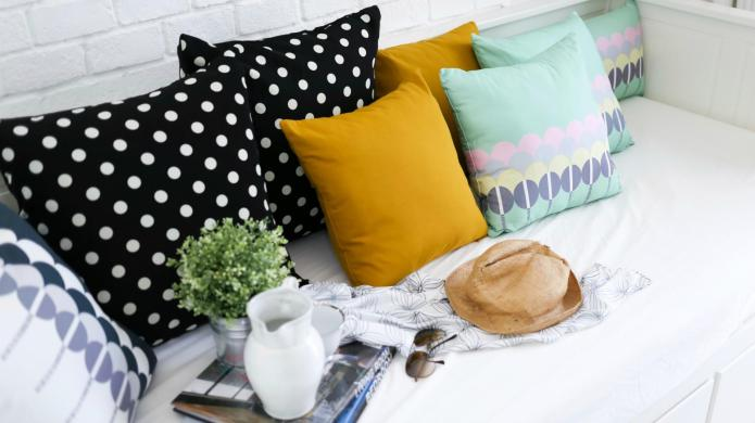 8 Trendy throw pillows that are