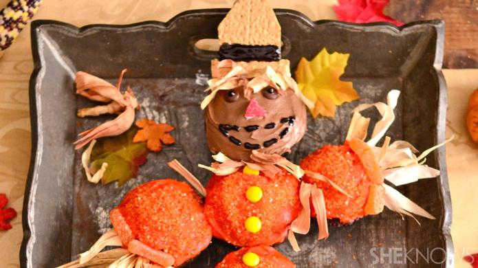 Thanksgiving scarecrow cupcakes are the cutest