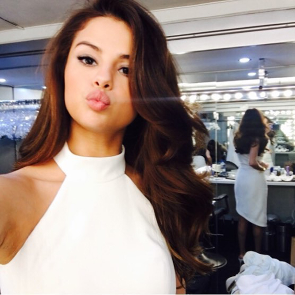 Ways Celebrities Multitask Their Makeup Products | Selena Gomez—Highlighter As Eyeshadow