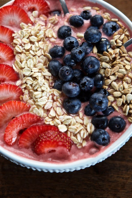 Breakfast Bowls to Fuel Your Mornings: Strawberry oatmeal smoothie bowl | Healthy Breakfast 2017