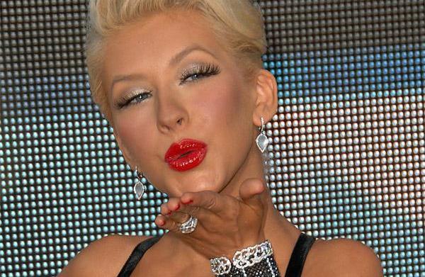 Glamorous makeup trends: Red lips, false