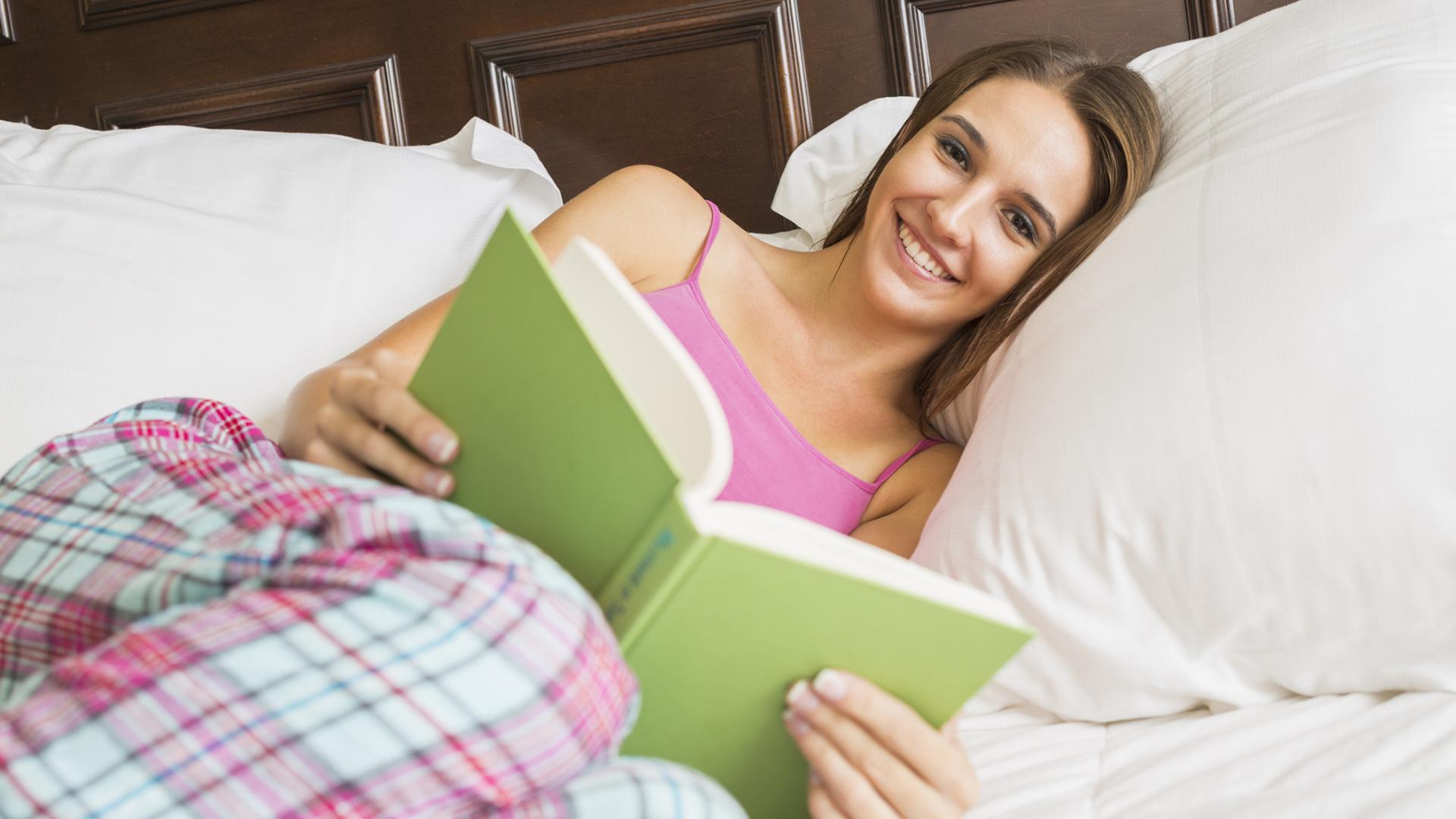 Women reading in pajamas | Sheknows.ca