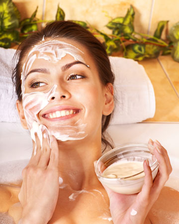 Woman using homemade facial mask | Sheknows.ca