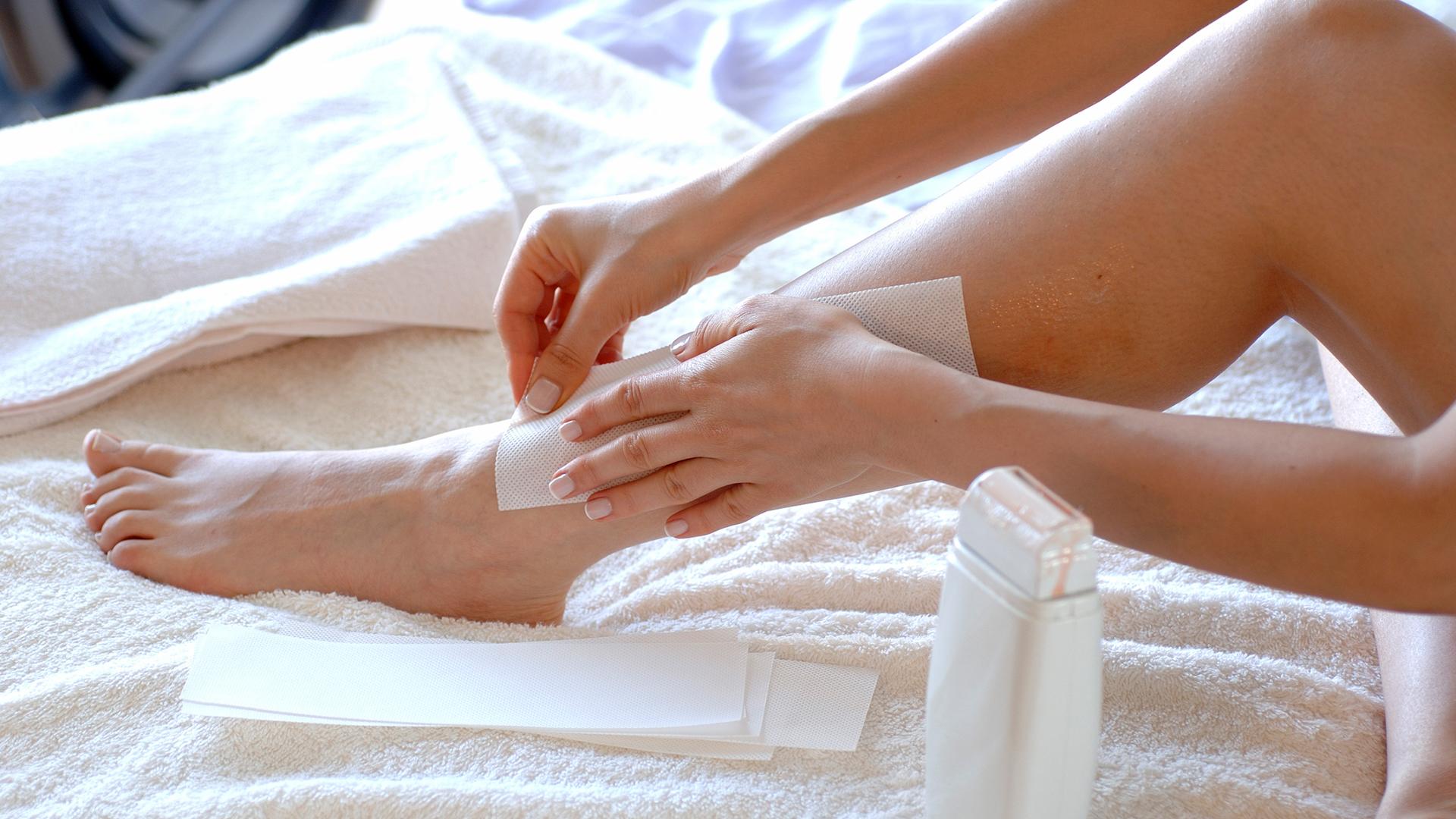 Woman waxing her legs | Sheknows.com