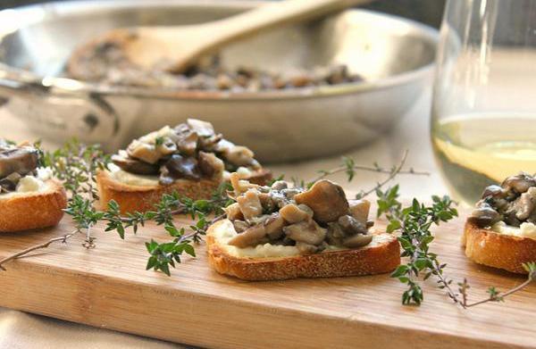 Mushroom bruschetta on crunchy cheese toasts