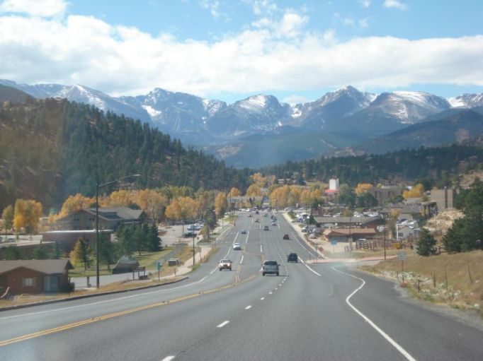 A street view with mountains in the background of Estes Park, Colorado