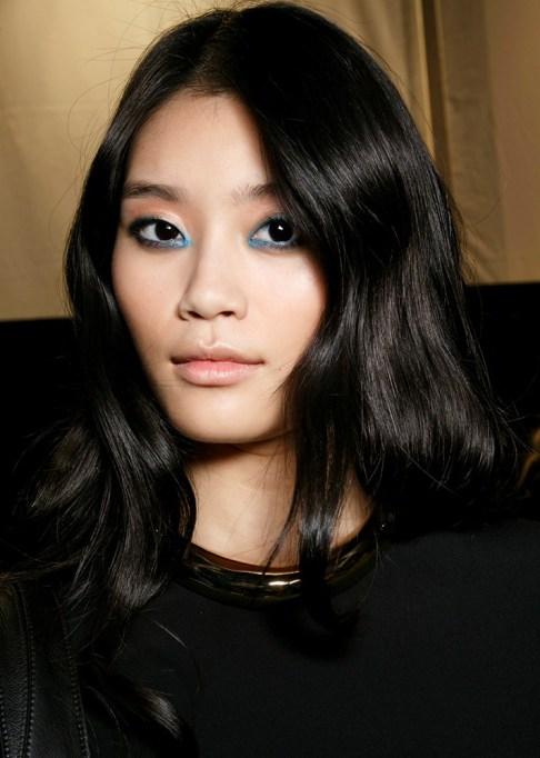 Low-Maintenance Summer Beauty Inspiration Ideas: Black Hair Light Blue Shadow | Summer Beauty 2017
