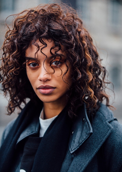 Gorgeous Fall Hairstyles: Highlighted curls | Fall Beauty 2017