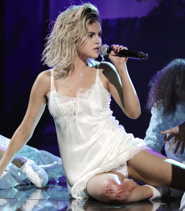 Selena Gomez performes Wolves at 2017 AMAs