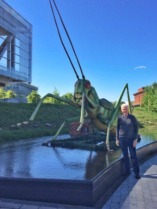 Funniest photos of Bill Clinton: Bill Clinton with a grasshopper statue