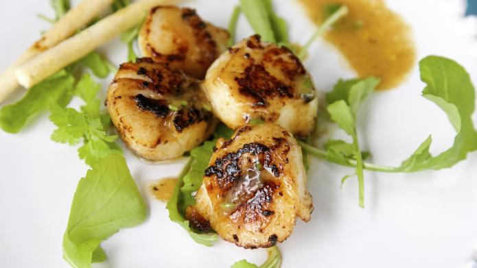 No-fuss 10-minute seared scallops with Champagne