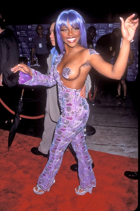 Lil' Kim arriving at the 1999 MTV Video Music Awards