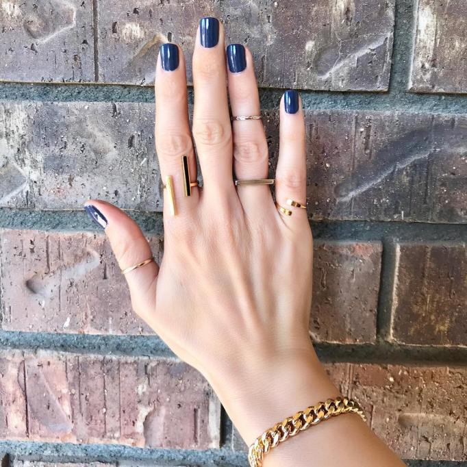 Wearing different midi rings