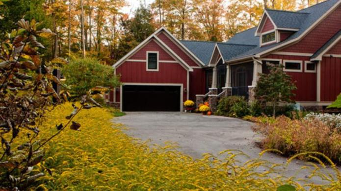 10 Autumn backyards that are completely