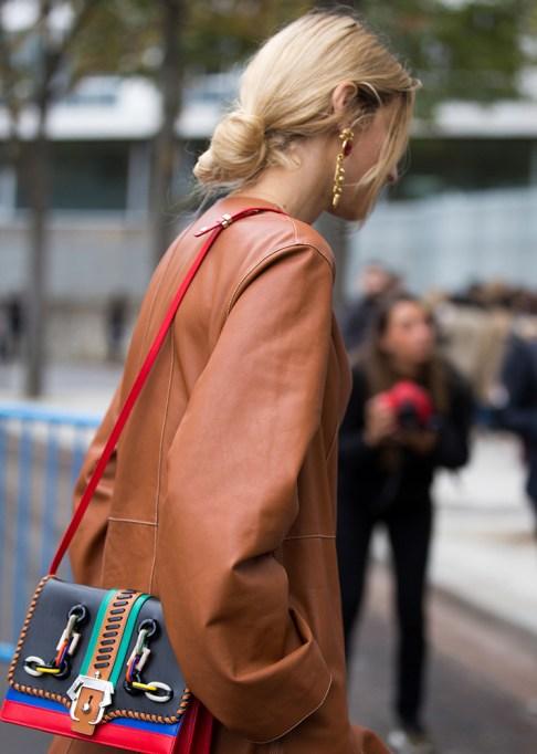 Gorgeous Fall Hairstyles: Blonde hair low bun | Fall Beauty 2017