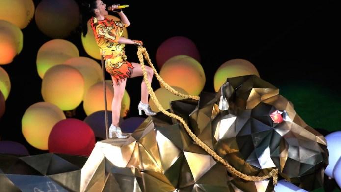 GLENDALE, AZ - FEBRUARY 01: Singer