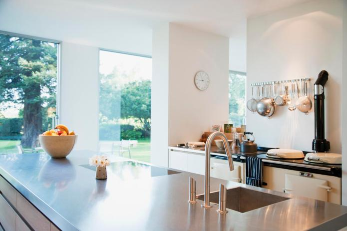 16 Kitchens that prove stainless steel