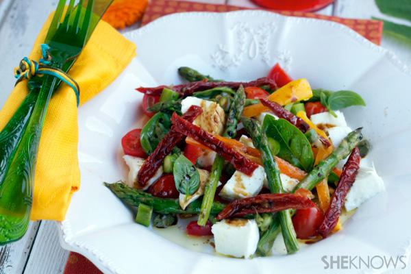 mozzarella, pepper and asparagus summer salad