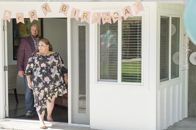 Toby (Chris Sullivan) and Kate (Chrissy Metz) arrive at her birthday.