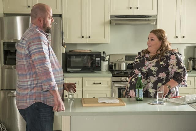 Toby (Chris Sullivan) and Kate (Chrissy Metz) talk in the kitchen.