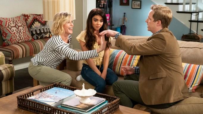 Julie Bowen, Sarah Hyland and Chris Geere in 'Modern Family'