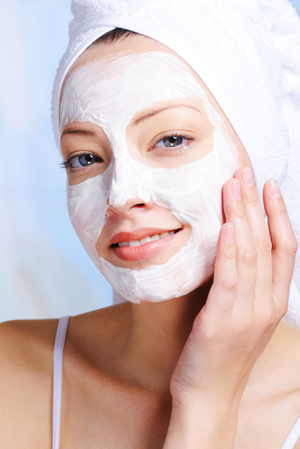 Use a hydrating facial mask in winter