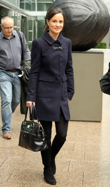 Pippa carrying brown leather bag