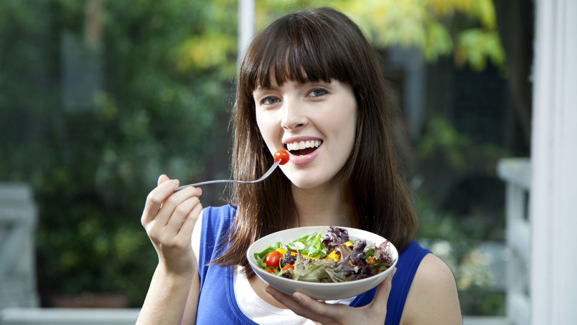 woman easting a salad