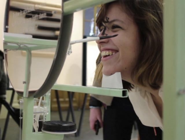 Robot applying makeup Beautification