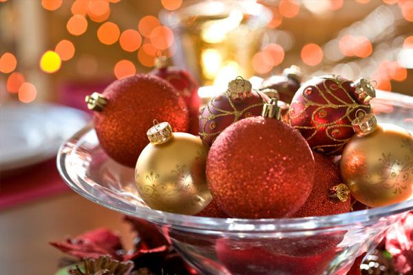 Make a holiday table centerpiece