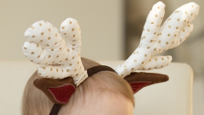 Easy DIY Christmas reindeer headband for