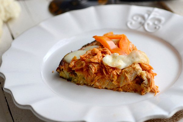 Spicy pizza with cauliflower crust
