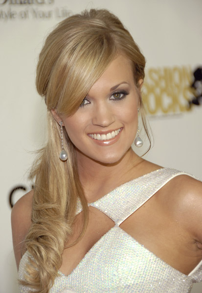 Carrie Underwood engaged